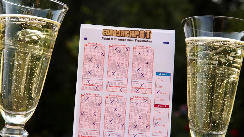 Allen Grund zu feiern hat ein Eurojackpot-Spieler aus Sachsen-Anhalt. Er gewann knapp eine Million Euro.