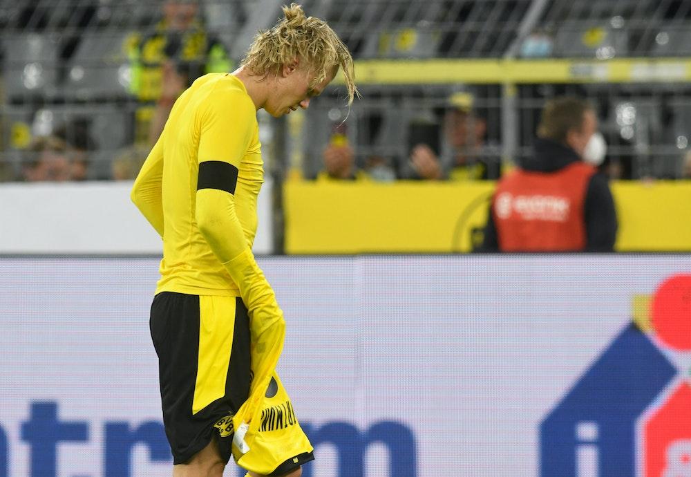Dortmunds Stürmer Erling Haaland verlässt nach der Supercup-Niederlage gegen Bayern den Platz.