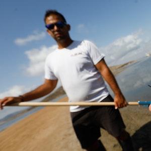 Eine Person zeigt mehrere Exemplare von toten Fischen. Beamte der Guardia Civil haben an verschiedenen Stellen des Mar Menor, an denen seit vergangenem Montag tote Fische aufgetaucht sind, Proben entnommen, um sie weiter zu analysieren.