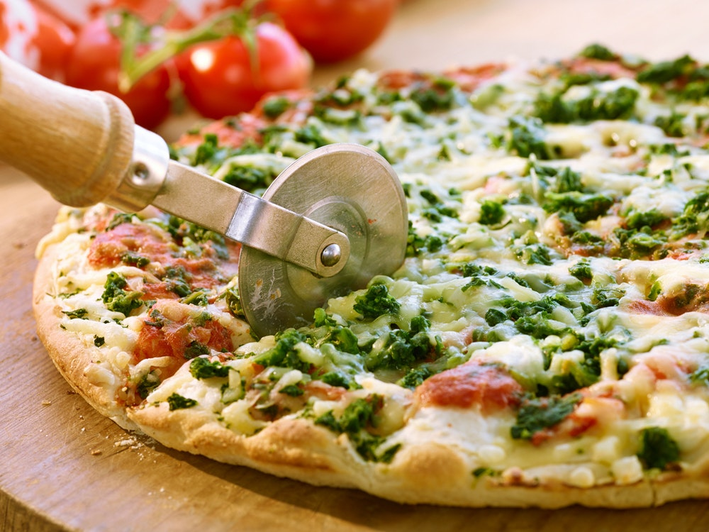 Wegen zwei Knoblauch-Pizzen eskalierte in Mönchengladbach ein Streit mit einem Taxi-Fahrer. Zu sehen ist eine Pizza.