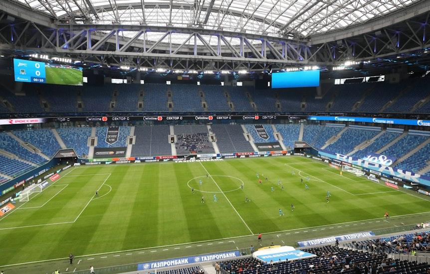 Das Stadion von Zenit St. Petersburg aus der Innenansicht mit nur wenigen Zuschauern auf der Tribüne.