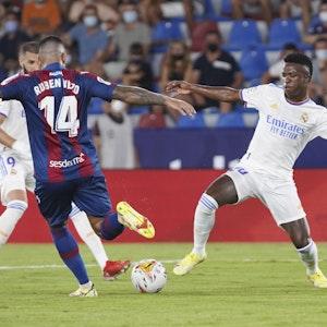 Ruben Vezo von Levante wird von Vinicius Junior von Real Madrid angegriffen.
