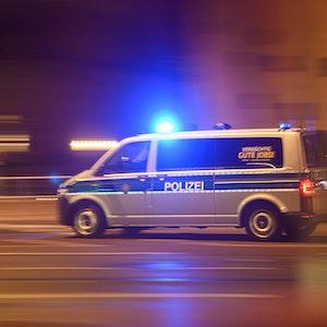 Ein Polizeiwagen mit Blaulicht fährt zu einem Einsatz.
