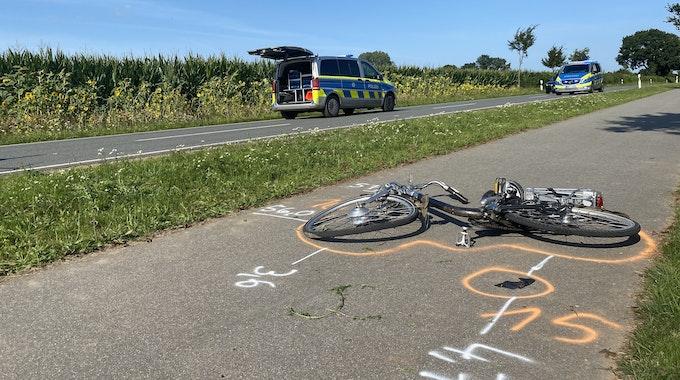 Tödlicher Verkehrsunfall Maasstraße; Ein Fahhrad liegt auf dem Boden. Rund herum sind Markierungen der Polizei.