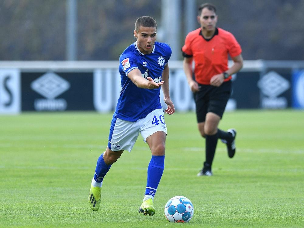 Schalkes Can Bozdogan am Ball bei einem Testspiel in der Sommervorbereitung.
