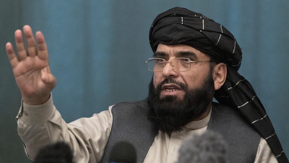 """Taliban-Sprecher Suhail Shaheen am 19. März 2021 bei einer Pressekonferenz in Moskau. Jetzt droht er den USA und den Verbündeten mit """"Konsequenzen""""."""