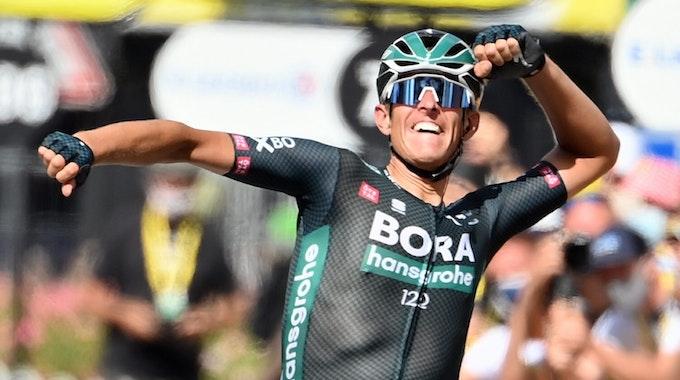 12. Etappe: Etappensieger Nils Politt aus Deutschland von Team Bora-Hansgrohe jubelt, als er die Ziellinie überquert.