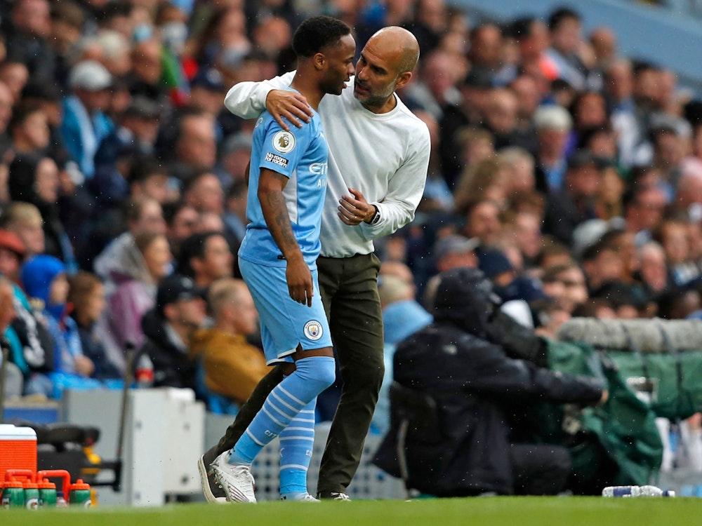 Pep Guardiola von Manchester City gibt Raheem Sterling Anweisungen