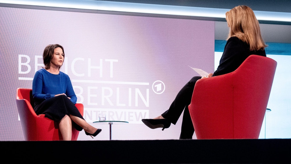 Annalena Baerbock (l.), Kanzlerkandidatin und Bundesvorsitzende von Bündnis 90/Die Grünen, stellt sich für das ARD-Sommerinterview den Fragen von Tina Hassel, Leiterin des ARD-Hauptstadtstudios. Die letzte Frage sorgte bei vielen Zuschauer für großen Ärger.