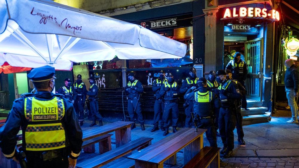 Polizei kontrolliert Einhaltung der Corona-Regeln in einer Kiez-Kneipe (September 2020).