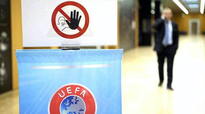 """Das UEFA Logo ist am 20.09.2017 in Nyon unter dem Schild """"kein Zutritt"""" zu sehen, der, vor einer Pressekonferenz nach einer Sitzung des Exekutivkomitees der Europäischen Fußball-Union (UEFA), nur UEFA-Mitarbeitern gestattet ist."""