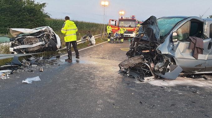 Bei dem schweren Unfall auf der B56 in Heinsberg sind zwei Menschen ums Leben gekommen.