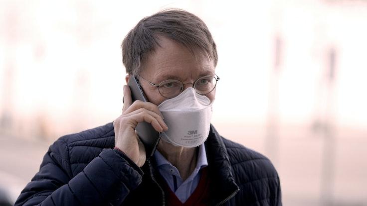 Karl Lauterbach, Gesundheitsexperte der SPD, telefoniert bei der Ankunft, vor der Regierungserklärung von der Bundeskanzlerin zur Corona-Pandemie und zum Europäischen Rat im Bundestag.