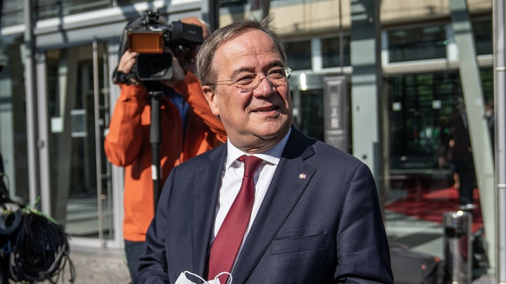 Armin Laschet (CDU), hier bei einer Kabinettsitzung, führt hohe Inzidenz auf Ferienende und viele Tests zurück.