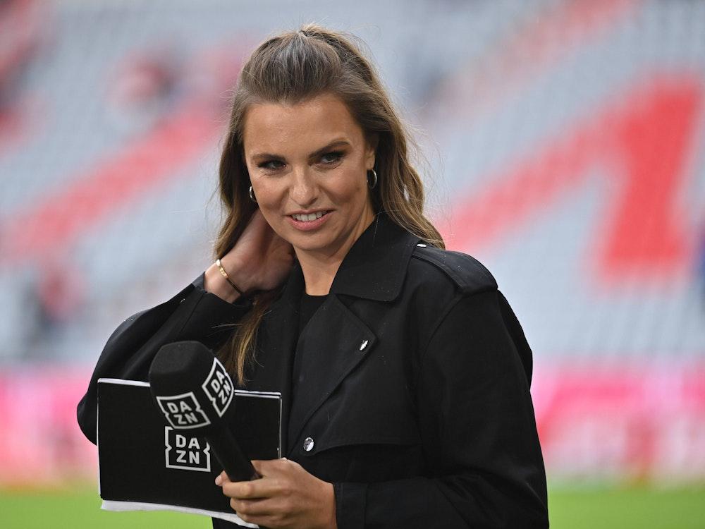 DAZN-Moderatorin Laura Wontorra steht am Spielfeldrand der Allianz Arena in München.