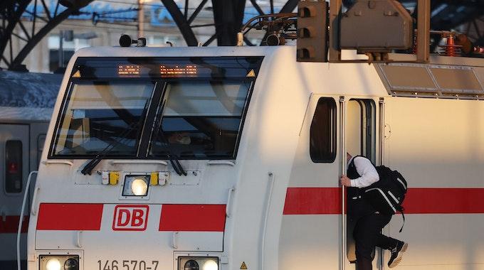Der Streik der Lokführer-Gewerkschaft GDL kann weitergehen. Das hat das Arbeitsgericht in Frankfurt/Main entschieden. Unser Foto zeigt einen Lokführer im Kölner Hauptbahnhof.
