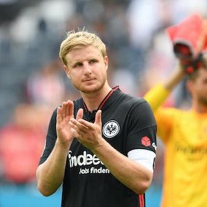 Frankfurts Martin Hinteregger geht nach dem Spiel gegen den FC Augsburg am Fanblock vorbei.