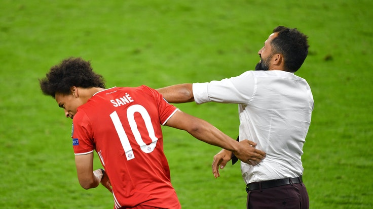 Hasan Salihamidzic deutet aus Spaß einen Schlag gegen seinen Spieler Leroy Sané an.