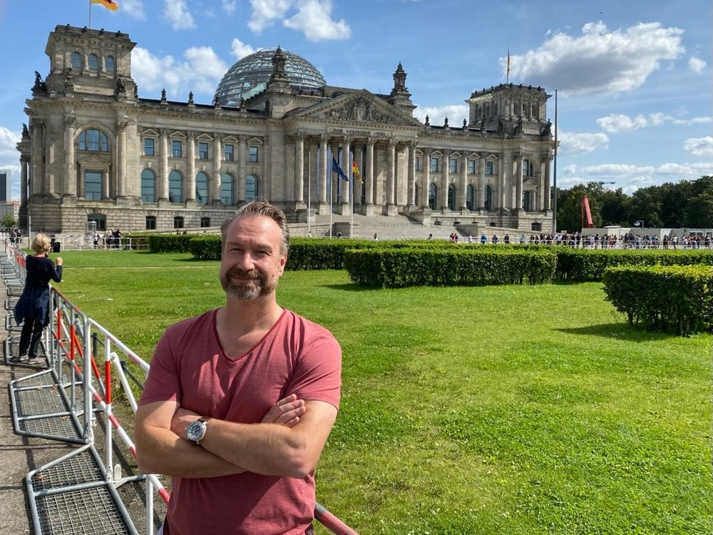 Volker Weininger steht vor dem Berliner Reichstag.