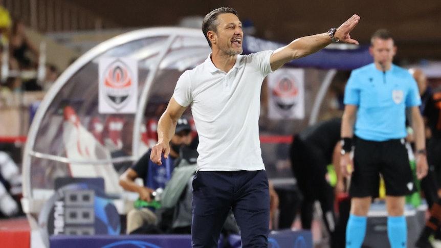 Niko Kovac gibt am Spielfeldrand bei der AS Monaco Anweisungen.