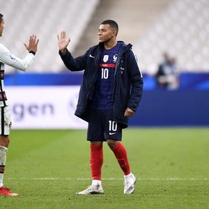 Kylian Mbappé und Cristiano Ronaldo klatschen ab.