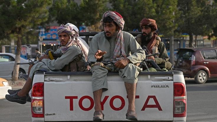Taliban-Kämpfer fahren am 23. August 2021 auf einem Geländewagen durch Kabul. Mit er Eroberung Afghanistans besitzen die Taliban nun auch wichtige Bodenschätze. UNO und EU schätzen den Wert auf mehr als eine Billion Dollar.