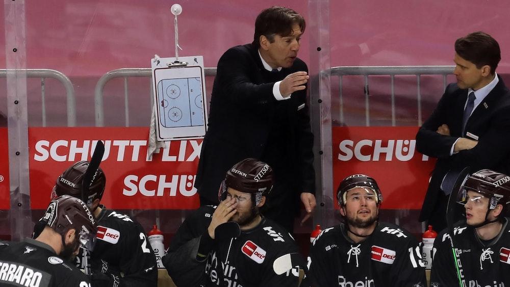 Uwe Krupp gibt am Spielfeldrand Anweisungen bei den Kölner Haien.