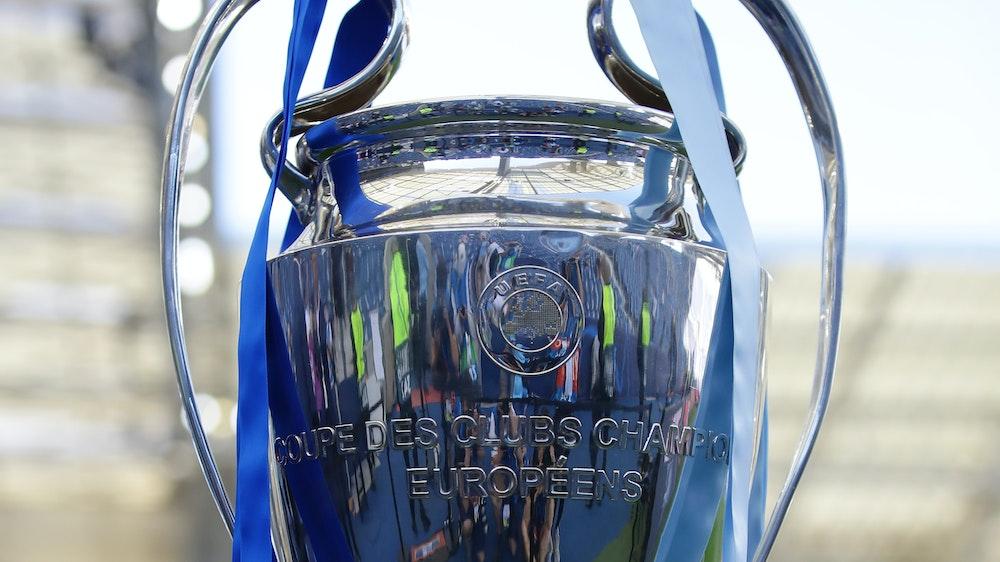 Die Champions League Trophäe steht auf einem Sockel.