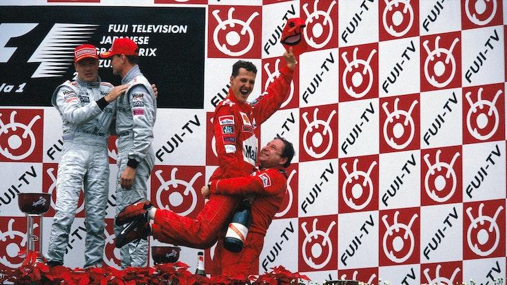 Ferrari-Teammanager Jean Todt feiert Michael Schumacher.