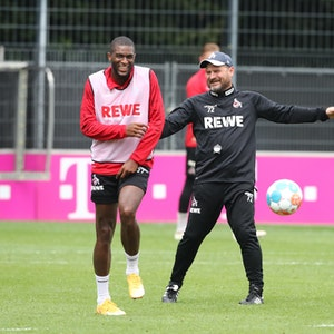 Anthony Modeste und Steffen Baumgart lachen im Training des 1. FC Köln.