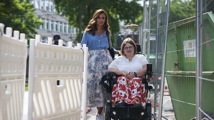 Orte mit Behinderung: Jana Ina Zarrella mit Caroline Mülheims (24) in Köln bei einem Rundgang mit Aktion Mensch.