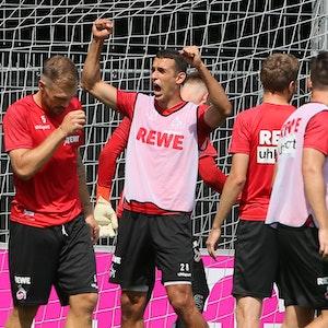 Ellyes Skhiri bejubelt ein Trainingstor (1. FC Köln).