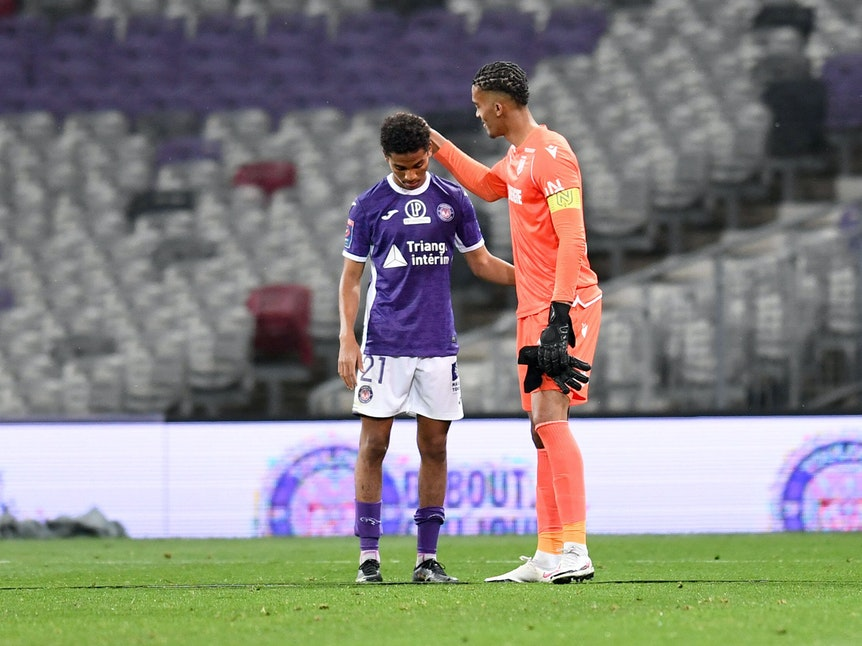 Nantes-Torwart Alban Lafont tröstet Amine Adli vom FC Toulouse.
