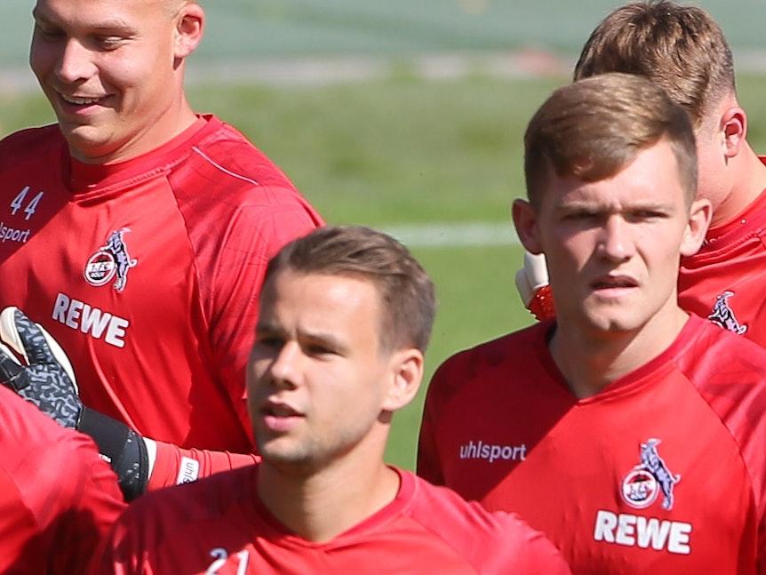 Luca Kilian läuft in einer Gruppe von Profis des 1. FC Köln