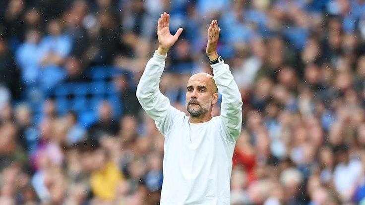 Pep Guardiola klatscht über seinem Kopf in die Hände.