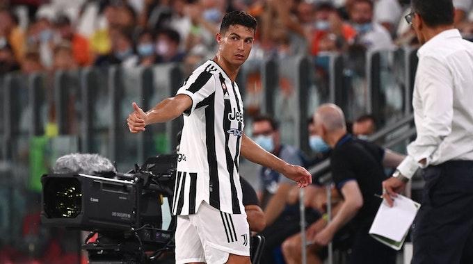 Cristiano Ronaldo verlässt beim Testspiel von Juventus Turin den Platz.