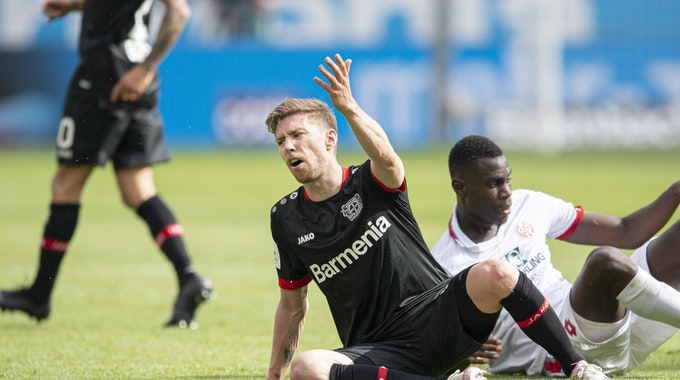 Mitchell Weiser beschwert sich nach einem Zweikampf mit dem Mainzer Moussa Niakhaté.