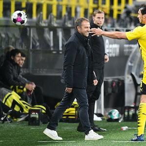 Hansi Flick schaut auf Mats Hummels, der einen Ball fängt