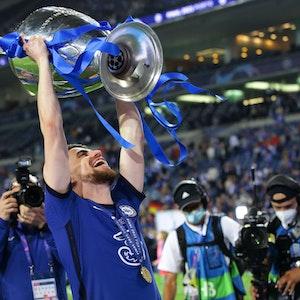 Umringt von Journalisten und Kameramännern hebt Jorginho den Champions-League-Pokal in den Himmel.