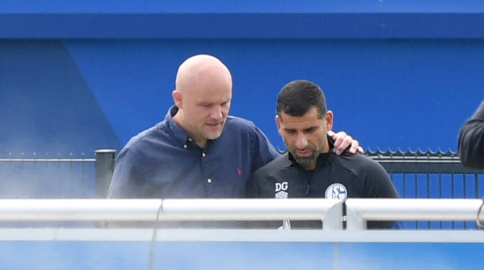 Sportdirektor Rouven Schröder spricht mit Trainer Dimitrios Grammozis