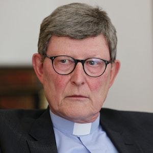 Kardinal Woelki schaut seinen Gesprächspartner an.