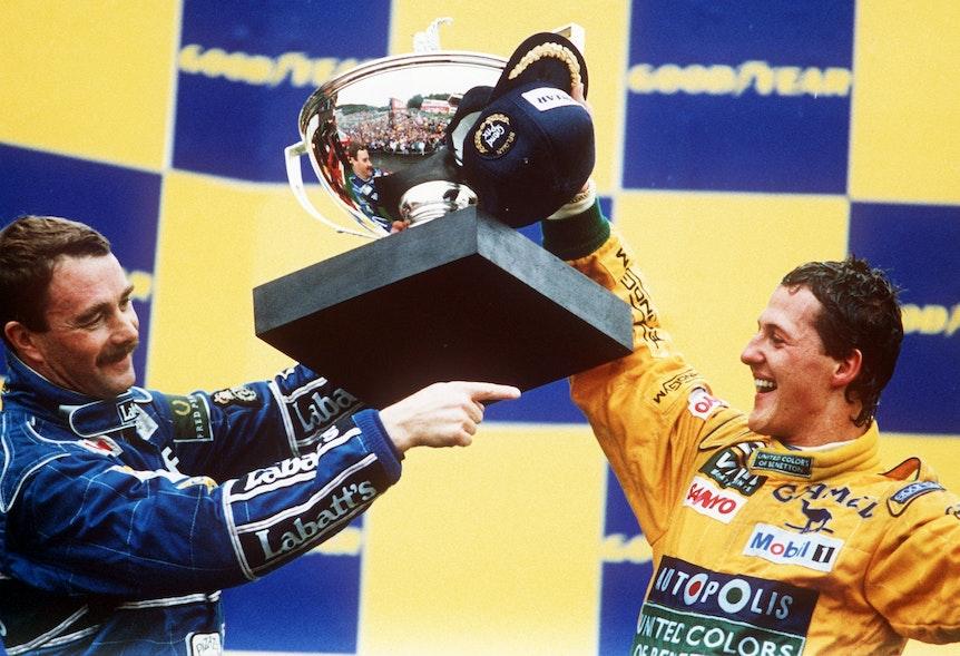 Der Kerpener Formel-1-Benetton-Pilot Michael Schumacher (r.) und der Brite Nigel Mansell, der Zweiter wurde, mit dem Siegerpokal am 30.08.1992 in Spa.