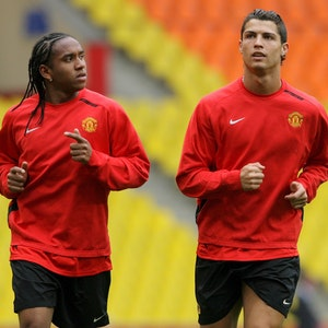 Anderson läuft sich an der Seite von Cristiano Ronaldo warm.