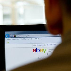 Mann kauft am PC bei Ebay ein.