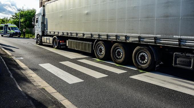 Ein Lastwagen steht auf dem Zebrastreifen nach einem Unfall, bei dem ein elfjähriges Mädchen überrollt und getötet worden ist.