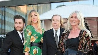 Gladbach-Legende Günter Netzer (2.v.r.) mit seiner Frau Elvira Netzer (r.), Tochter Alana (2.v.l.) und dem Popsänger Baschi (l.) am 1. April 2019 in Dortmund.