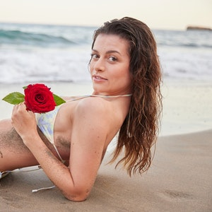 Bachelorette Maxime Herbord liegt im Bikini am Strand.