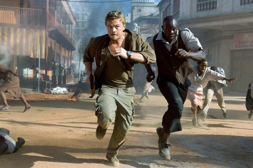 Leonardo DiCaprio und Djimon Hounsou rennen über eine verwüstete Straße.