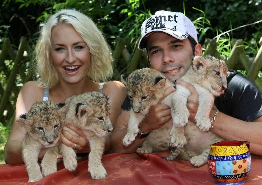Die Sängerin Sarah Connor und ihr Mann Marc Terenzi mit vier Löwenbabys.