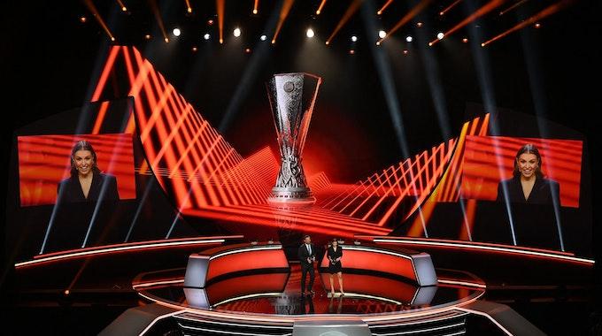 Laura Wontorra und Pedro Pinto moderieren die Auslosung zur Gruppenphase der Europa League.
